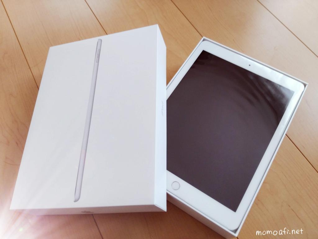 新型iPad 9.7インチを箱から出した様子